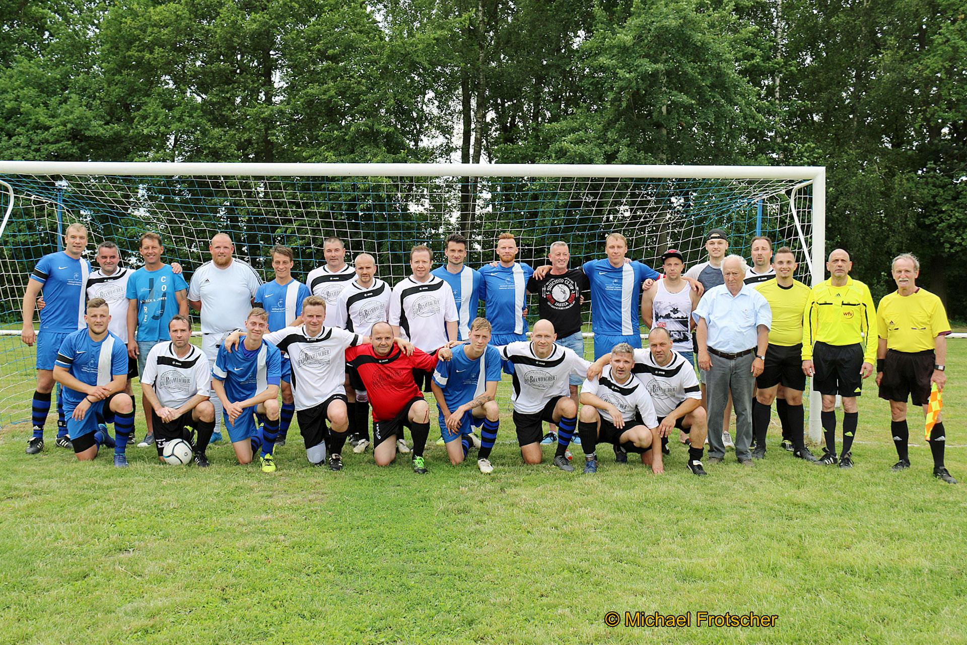Gruppenbild der Legenden des Sports und des SV Blau-Weiß 90 Greiz