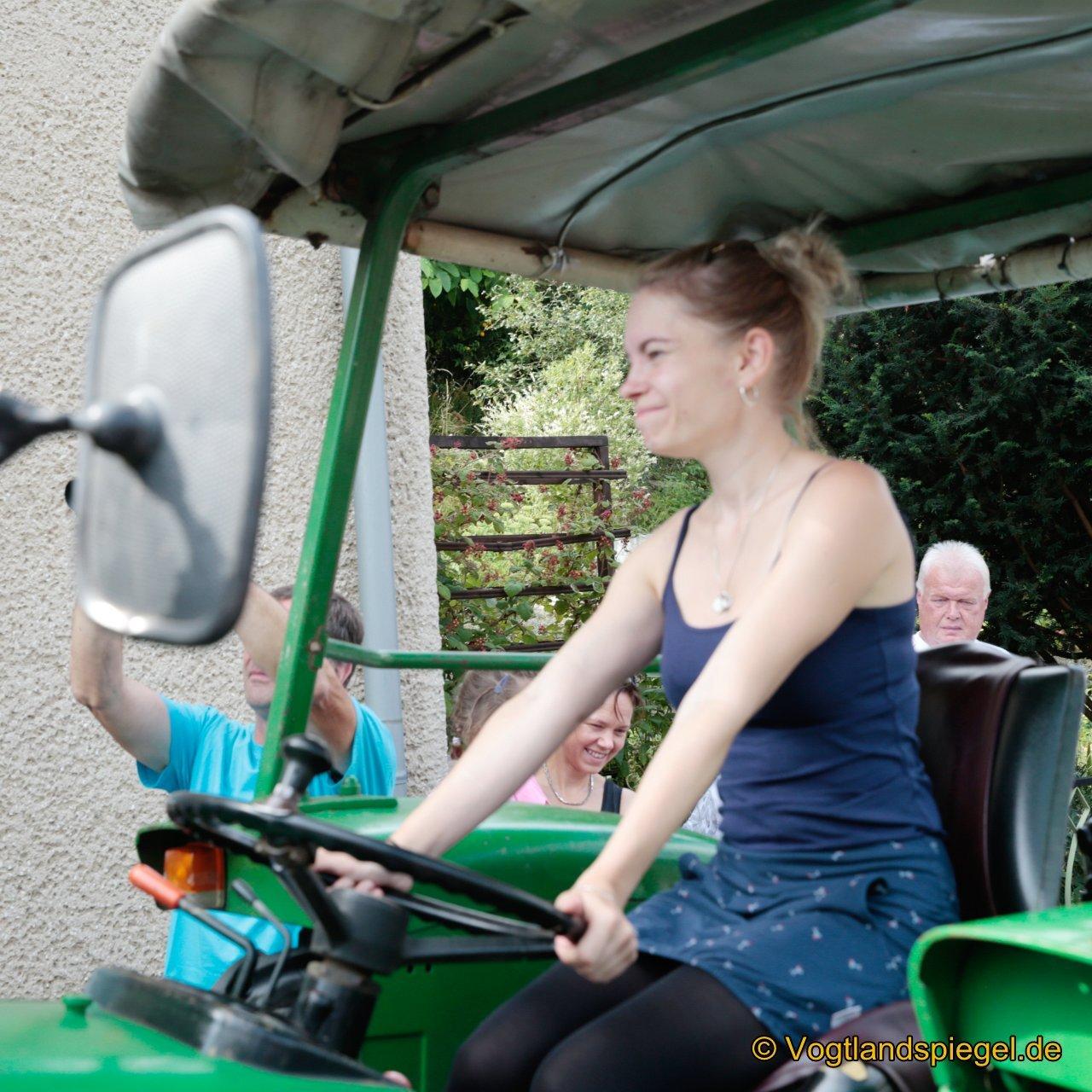 Beim Traktorziehen galt es, das dreieinhalb Tonnen schwere Gefährt die achtprozentige Steigung der Ortsstraße soweit wie möglich hochzuziehen. Hier in Aktion Team aus Neumühle