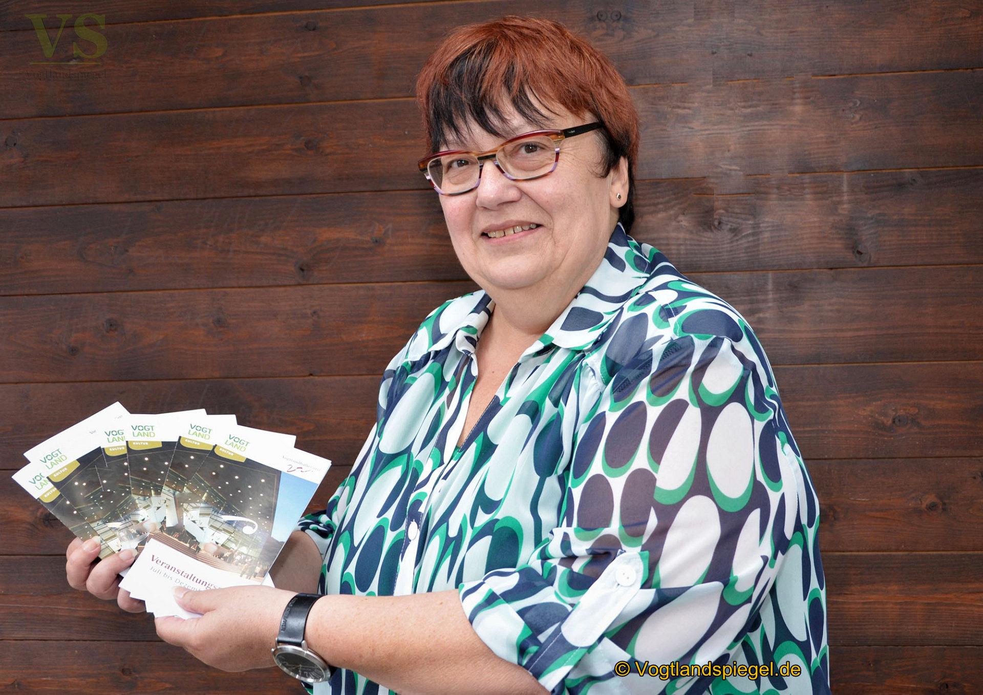 Die Leiterin der Vogtlandhalle Greiz, Undine Hohmuth, präsentiert den Veranstaltungsplan des Hauses.