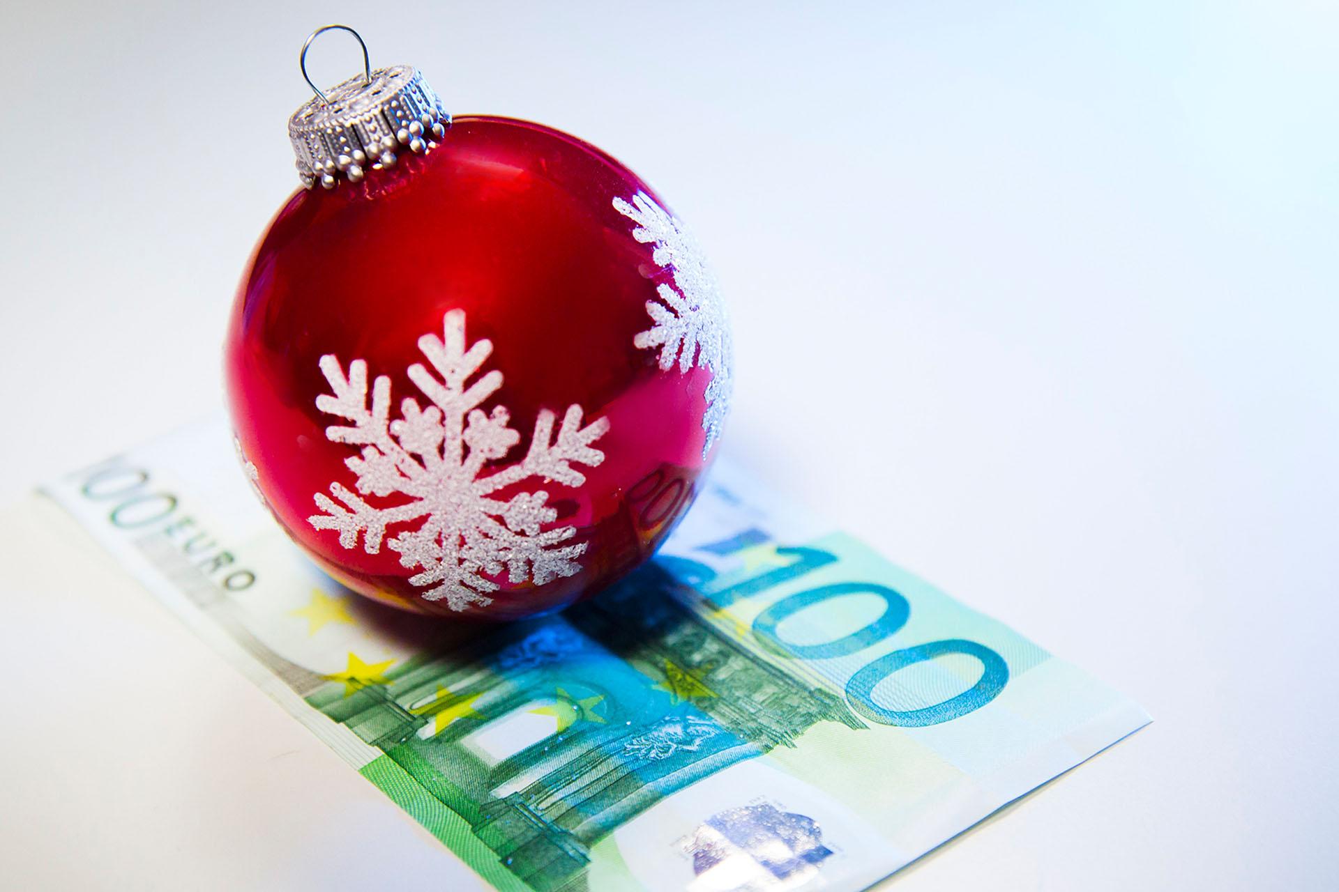 Bescherung zum Jahresende: Auch Mini-Jobber haben Anspruch auf ein Weihnachtsgeld, wenn der Chef den anderen Mitarbeitern im Betrieb ein solches zahlt. Darauf weist die Gewerkschaft NGG hin.