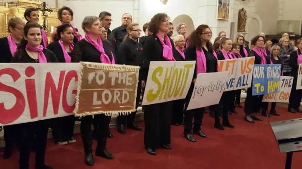 Les choristes ont fait chanter le public en lui donnant le texte.