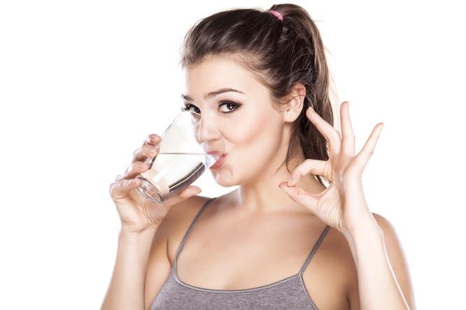 `womandrinkwater