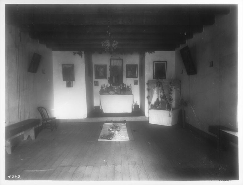 Private chapel of Manuel Chavez, 1900. via Wikimedia Commons.