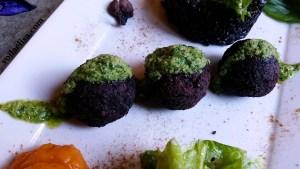 albondigas-remolacha-veganas-sin-gluten-salsa-pesto-pure-boniato-ensalada-verde-arroz-negro
