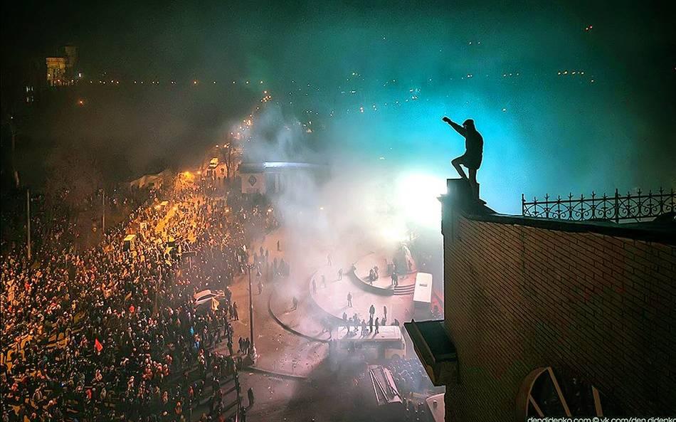 """Кадър от 20 януари 2014 г., при превземането на стадиона """"Динамо"""" от протестиращите. Снимка dendidenko."""