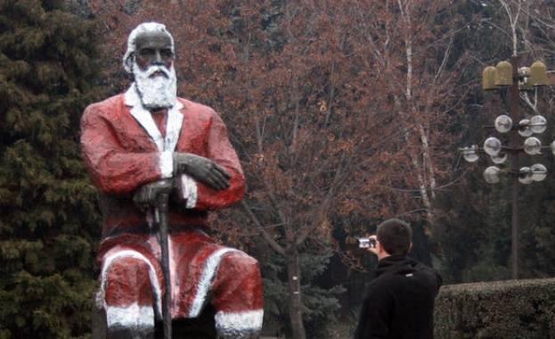 Паметникът на Димитър Благоев в кръстения на него Благоевград е оцветен като Дядо Коледа през 2013 г.