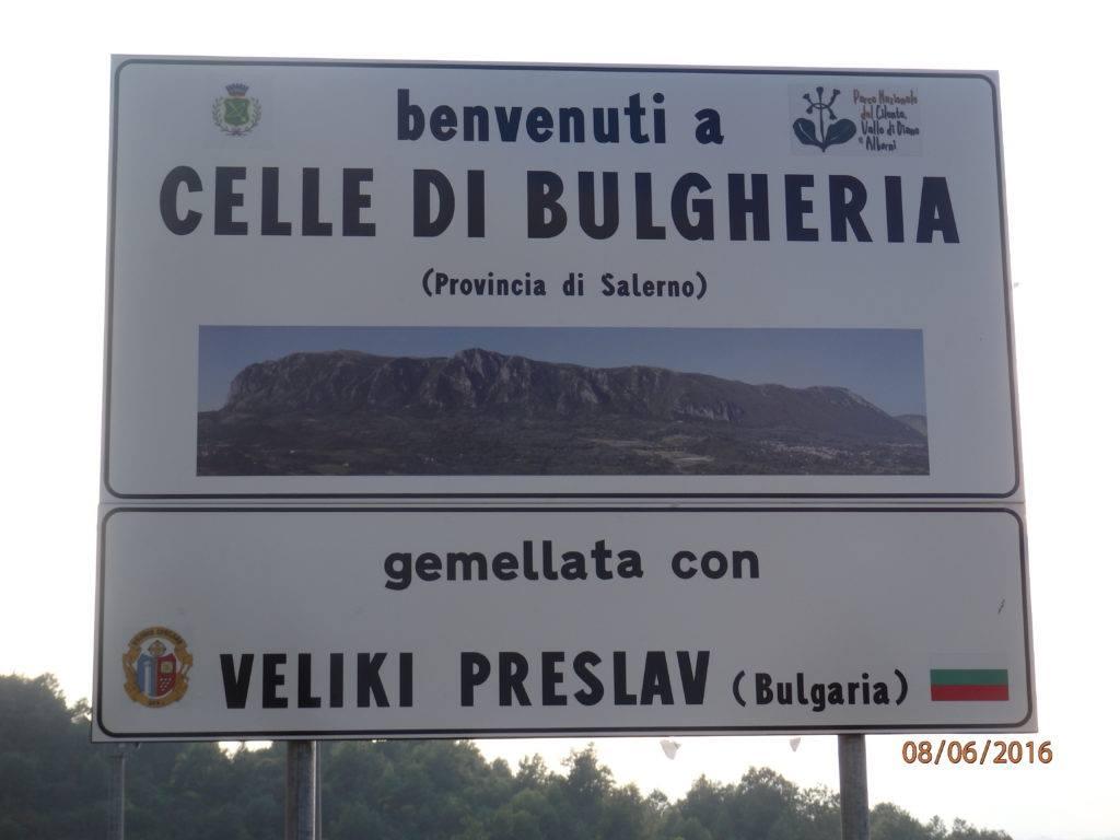 """На входа на града ни посреща табела """"Град Челе ди Булгерия"""" и отдолу: """"побратимен с град Велики Преслав (България)."""
