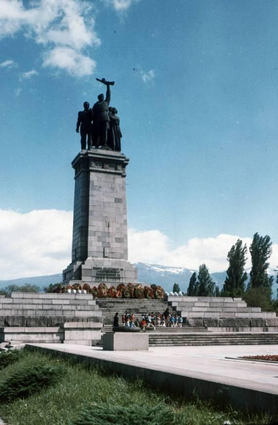 Монументът на окупаторската Червена армия през 1970 г.
