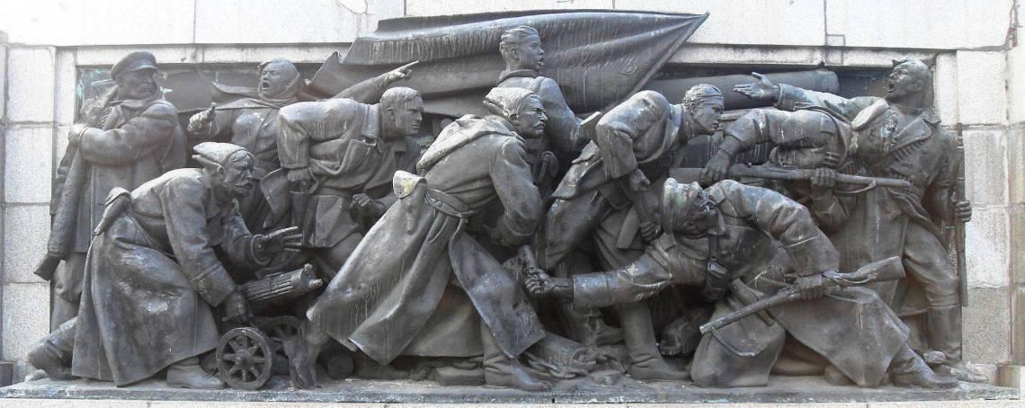 Скулптурна композиция върху източната страна на фундамента, представляваща Октомврийската революция в Русия, довела до създаването на СССР.