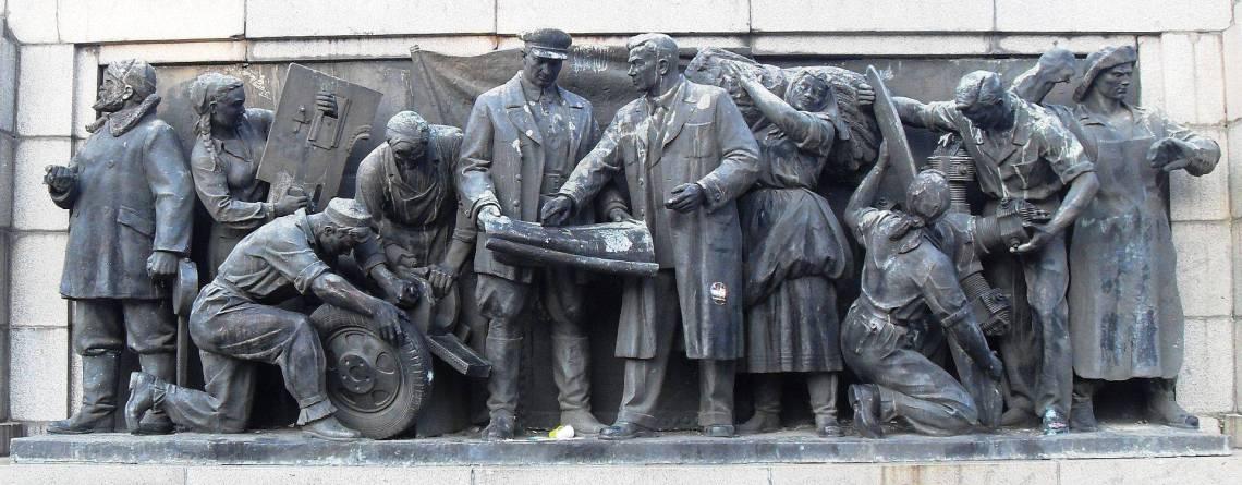 Скулптурна композиция върху южната страна на фундамента, представяща работниците и селяните на СССР, ръководени от КПСС.