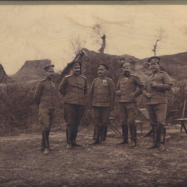 Борис Стрезов (първият от ляво), като началник щаб на 1-ва бригада от 11-а дивизия, надясно Петър Дървингов, Александър Протогеров, Кръстю Златарев и Пею Банов