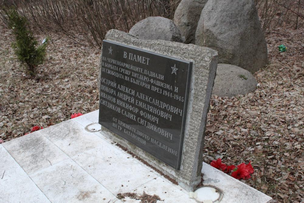 Паметната плоча на съветските войници в гр. Батановци, която е нова и в значително по-добро състояние от паметника на загиналите във войните.