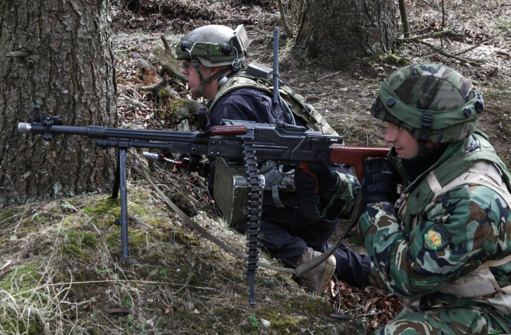 Български и американски войници по време на учението Saber Junction 15 в Германия, 12 април 2015 г. Снимка: Pfc. Lloyd Villanueva/Released)