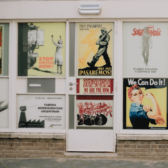 Пропагандни плакати от XX век. Снимка: Sinitta Leunen, Unsplash