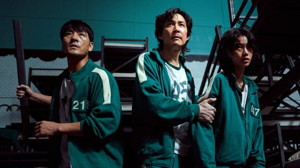 """Трима от основните герои в """"Играта на калмари"""" - отляво надясно Пак Хе-су в ролята на Чо Санг-у ,И Джунг-дже в ролята на Сонг Ги-хун и Хо Йон-юнг в ролята на Канг Се-бьок."""
