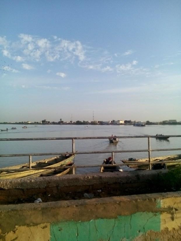 Vue du fleuve depuis Rosso-Mauritanie - Des pirogues transportent les marchandises d'une frontière à l'autre