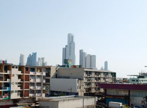 Vista de las casas del barrio con la ciudad de fondo