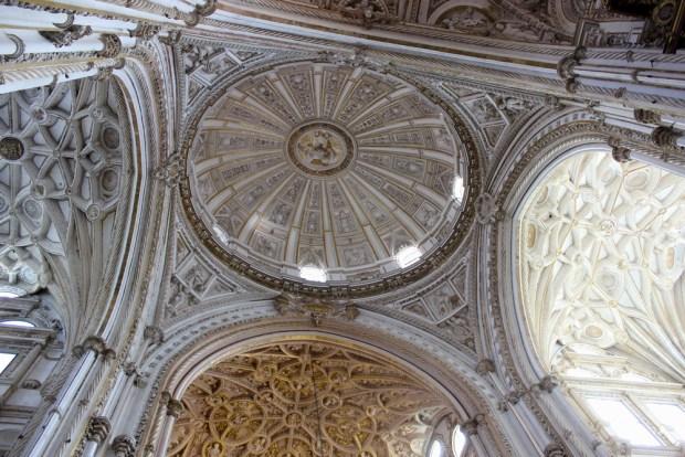 Vue sur la croisée du transept de la cathédrale.