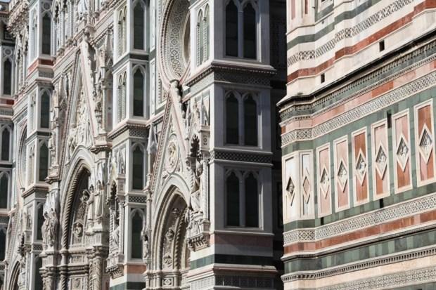 Jeu de matériaux entre la façade du Duomo et le Campanile
