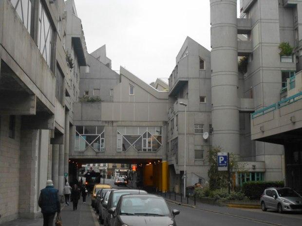 Dans la rue Marat, les toits monopentes élèvent les habitations et contribuent d'une nouvelle manière au paysage ivryen