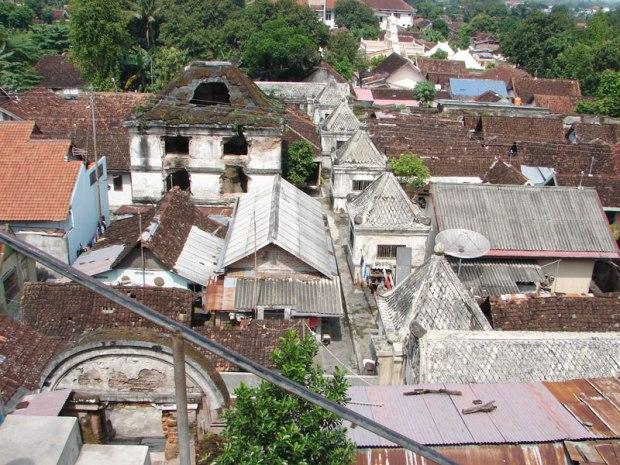 Le quartier de Taman Sari vue depuis les hauteurs (en blanc les anciens pavillons du sultan)