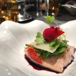Truite sur une vinaigrette à la myrtille, pois mange tout, parmesan et fraise