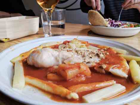 Cabillaud, sauce vigneronne et asperges blanches