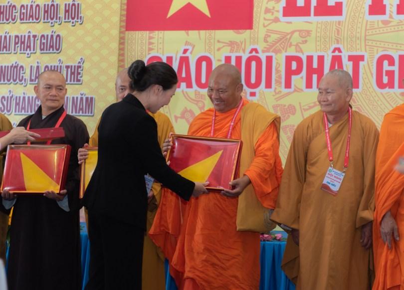 ពិធីប្រគល់ទង់ជាតិវៀតណាម ចំនួន ៤៥៦ ដល់ព្រះសង្ឃជាតំណាងនៃក្រុមមេដឹកនាំតាមវត្តអារាមព្រះពុទ្ធសាសនាខ្មែរ នៅកម្ពុជាក្រោម ។ រូបៈ Phật sự Online