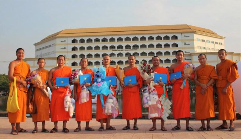 ព្រះសង្ឃខ្មែរក្រោម ដែលទទួលបានសញ្ញាបត្រថ្នាក់បរិញ្ញាត្រី  សញ្ញាប័ត្រអនុបណ្ឌិត និងបណ្ឌិត ពីមហាវិទ្យាល័យនានា នៃប្រទេសថៃ ។ រូបៈ Khmer Theravada Buddhist Studies Foundation in Thailand