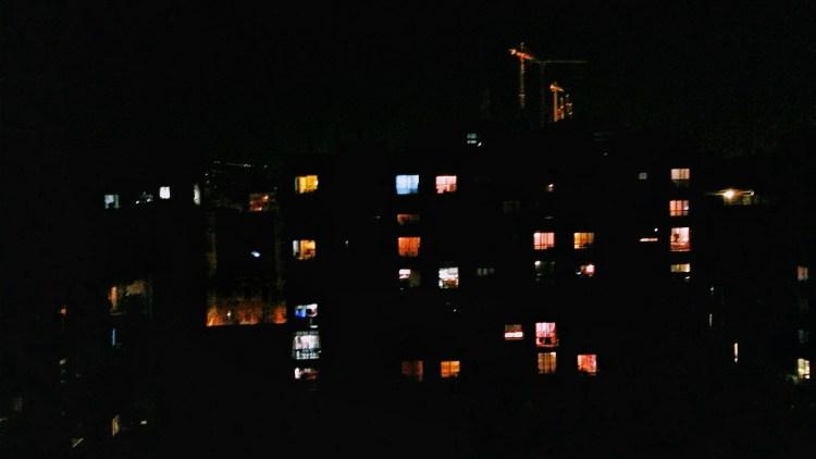 Le finestre di notte è un racconto breve di Chiara Mancinelli che fa parte della serie Le storie istantanee, racconti brevi ispirati a fotografie.