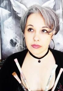 photographie de l'artiste Lia R. devant son chevalet