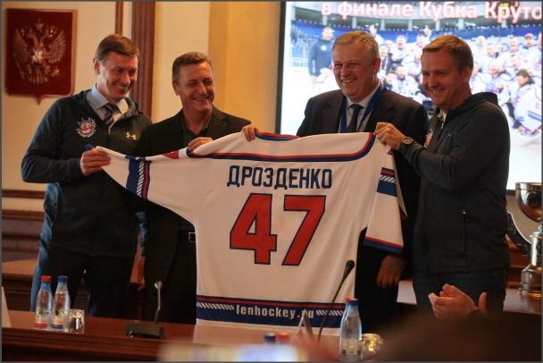 Дрозденко заставил Москвина побагроветь и оставил без айфона