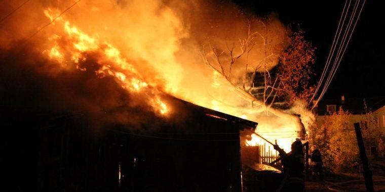 Ночью в Сясьстрое сгорели две хозпостройки