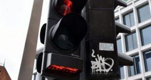U Zagrebu postavljen semafor za pješake koji gledaju u telefone