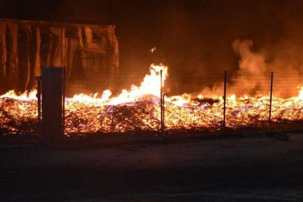 Στο σημείο έσπευσαν 14 πυροσβεστικά οχήματα
