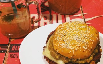 Kidneybohnen Cheese-Burger mit Koriander-Salsa und Guacamole auf einem Salsa-Brioche Bun