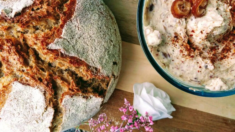 Leckerer Datteldip mit Orientalischen Brot