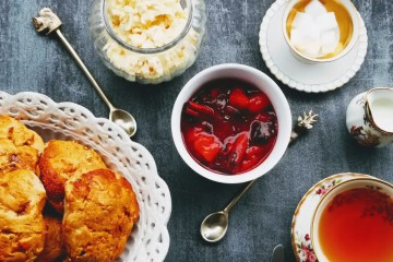 Zwetschgen-Zimt Scones mit Clotted Cream und Zwetschgenkompott