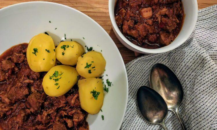 Ungarisches Schweingulasch mit Paprika - Sertes Pörkölt