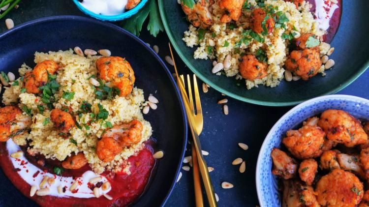 Orientalischer Blumenkohl aus dem Ofen mit Couscous und Tomatensauce