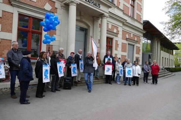 Demonstration vor dem Erkneraner Rathaus.