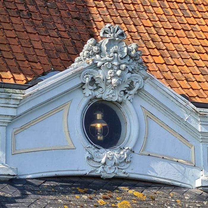 prachtig onrnament op het dak van een huis