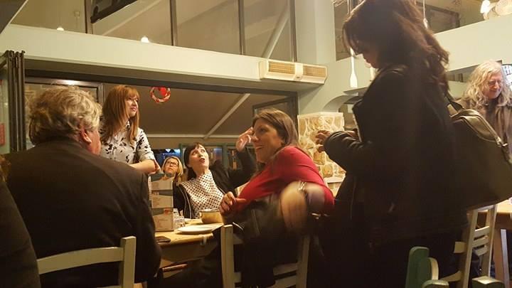 TΩΡΑ: Η Ζωή Κωνσταντοπούλου πίνει τσίπουρα στο Βόλο (ΦΩΤΟ)