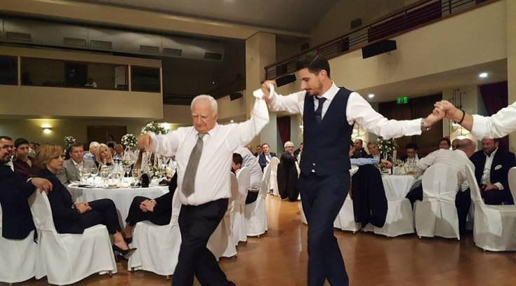 Όταν ο πατέρας χορεύει τον γιο γαμπρό! Αξία ανεκτίμητη!