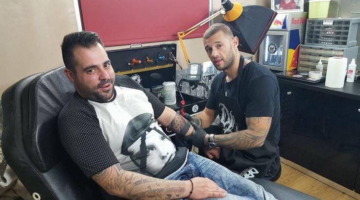 Γι αυτόν έρχονται  για τατουάζ από την Αθήνα στον Βόλο! (ΦΩΤΟ)