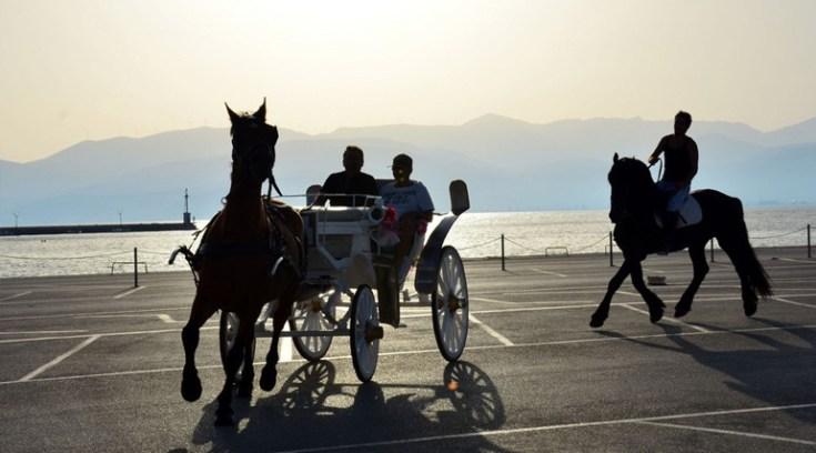 Παρέλαση αμαξών και αλόγων στη παραλία του Βόλου, μη το χάσεις!
