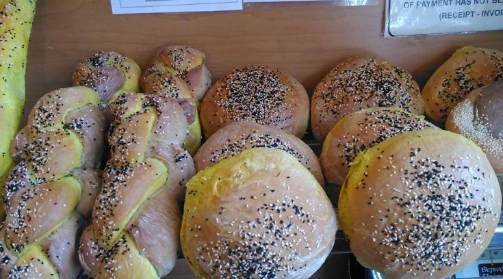 Δικό μας φούρνος φτιάχνει ψωμί με ενεργό άνθρακα και κουρκουμά!