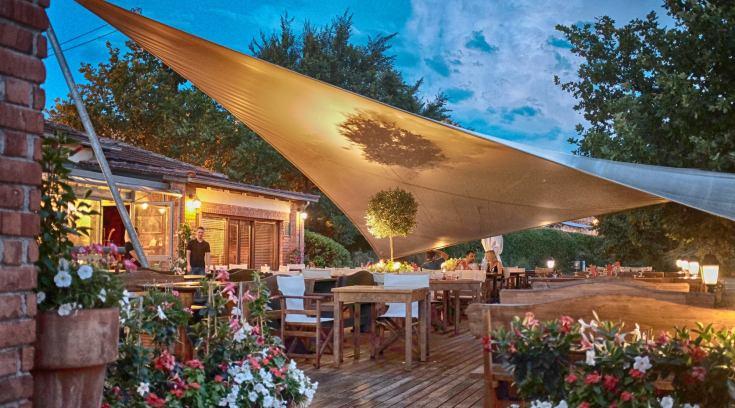 Αυτό το εστιατόριο το αγαπάς, την αυλή του όμως θα την λατρέψεις! (ΦΩΤΟ)