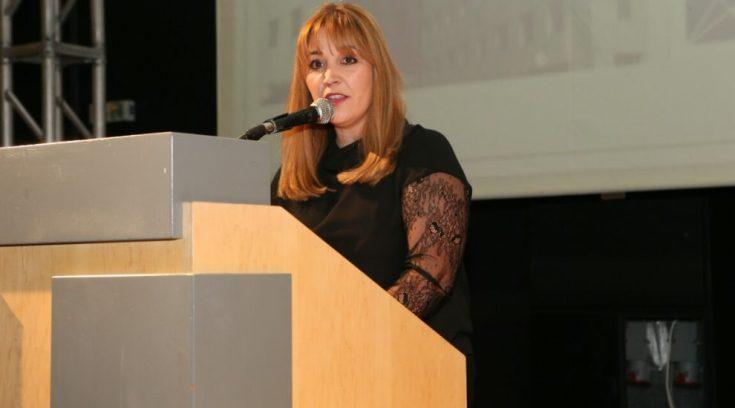 Tι σημαίνει η σιωπή της Καπούλα για το σεξιστικό ανέκδοτο του Μπέου;