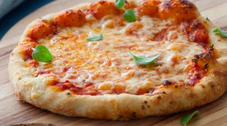 H πιο νόστιμη προσφορά της πόλης- Πίτσα και αναψυκτικό μόνο 4.90!